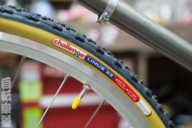 The Challenge Limus 33 700c Cyclocross Clincher tire.
